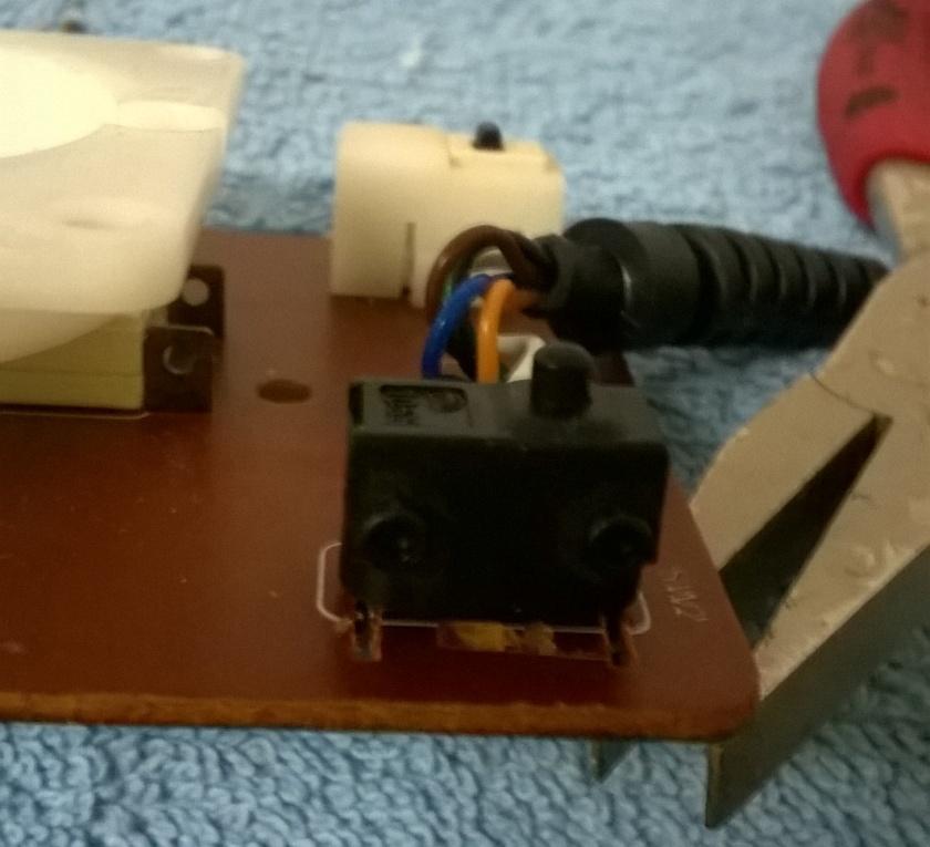 Mikroschalter eingelötet - Seitenansicht